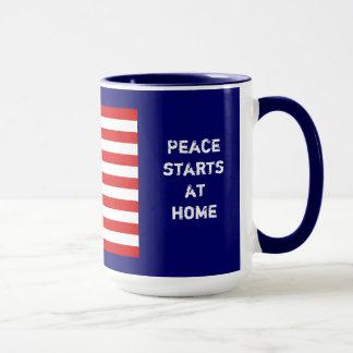 Drapeau américain et signe de paix tasse