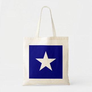 Drapeau bleu mignon avec le sac fourre-tout blanc