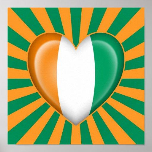 Drapeau de coeur de la Côte d'Ivoire avec des rayo Affiches