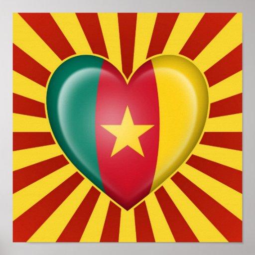 Drapeau de coeur du Cameroun avec des rayons de Su Posters