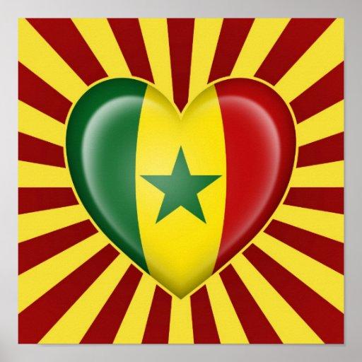 Drapeau de coeur du Sénégal avec des rayons de Sun Affiche