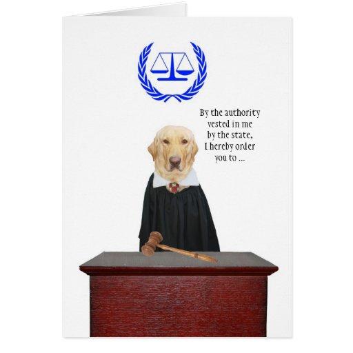 Drôle vient ici l'anniversaire de chien de juge cartes de vœux