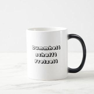 Dummheit schafft Freizeit Morphing Mug