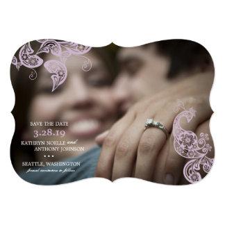 Économies pourpres de photo de paon floral élégant carton d'invitation  12,7 cm x 17,78 cm