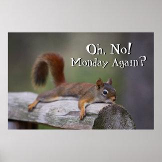 Écureuil drôle se reposant sur un rondin en bois