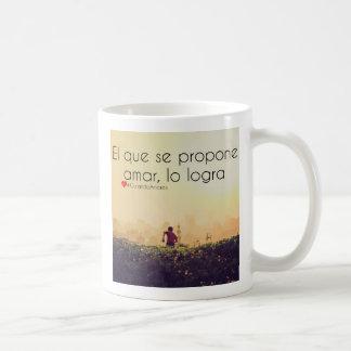 El que se propone amar, lo logra coffee mug