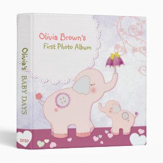 Éléphants roses et album photos du bébé de classeurs