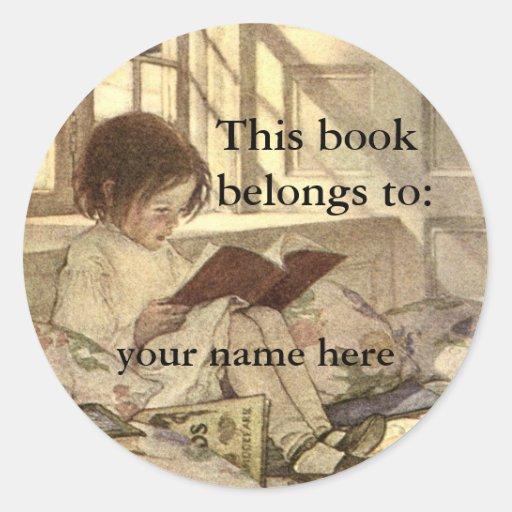Enfant vintage lisant un ex-libris de livre adhésif rond