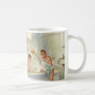 Enfants vintages, frères de garçons éclaboussant d tasses à café