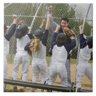 Entraîneur avec l'équipe de baseball carreaux en céramique