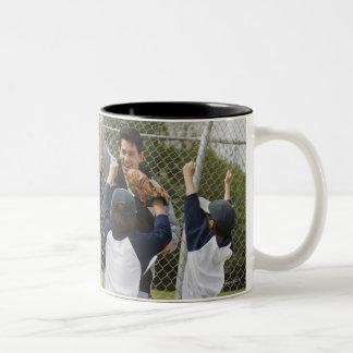 Entraîneur avec l'équipe de baseball mugs à café