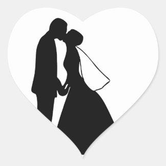 Épouser la silhouette de jeunes mariés de baiser autocollant en cœur
