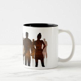 Équipe d'affaires de professionnels se tenant pour mug bicolore
