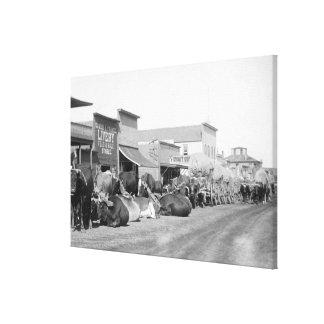 Équipes de boeuf le long de rue principale de phot toiles tendues sur châssis