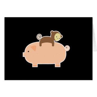 Équitation de singe de bébé sur un porc carte de vœux