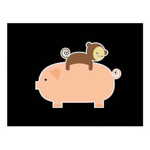 Équitation de singe de bébé sur un porc carte postale