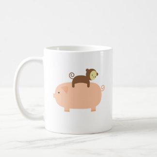 Équitation de singe de bébé sur un porc mug blanc