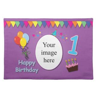 Ęr tapis d'endroit heureux d'anniversaire avec vot sets de table