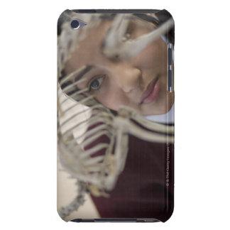 Étudiant regardant le squelette animal coque barely there iPod