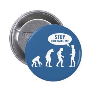 évolution - cessez de me suivre badge avec épingle