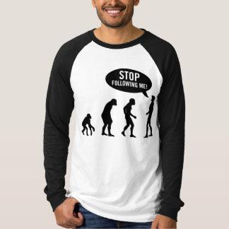 évolution - cessez de me suivre ! tee-shirts