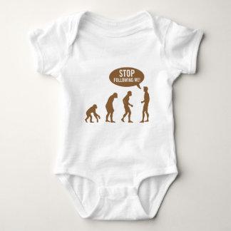 évolution - cessez de me suivre ! tee shirts