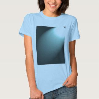 Faisceau lumineux sur le bleu de turquoise profond t-shirt