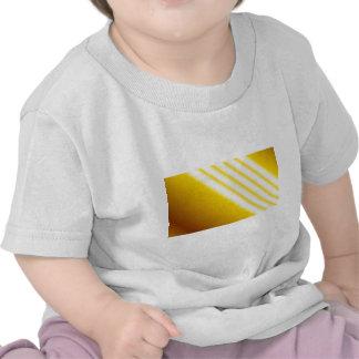 Faisceaux lumineux sur l'arrière - plan jaune t-shirts