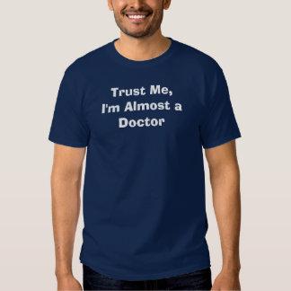 Faites- confiancemoi, je suis presque un docteur tee shirt