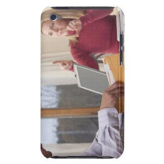 """Femme et homme signant le mot """"enveloppe"""" dedans étui iPod touch"""