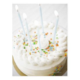 Fermez-vous du gâteau d'anniversaire avec des carte postale