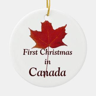 Feuille d'érable rouge - premier Noël au Canada Ornement Rond En Céramique