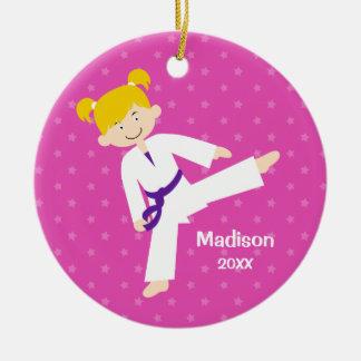Fille blonde pourpre du Taekwondo d'étoiles Ornement Rond En Céramique