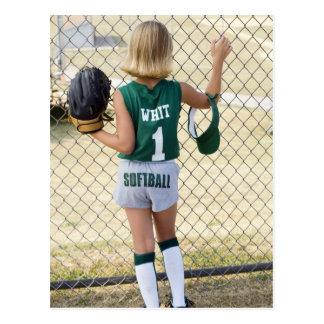 Fille dans l'uniforme du base-ball carte postale