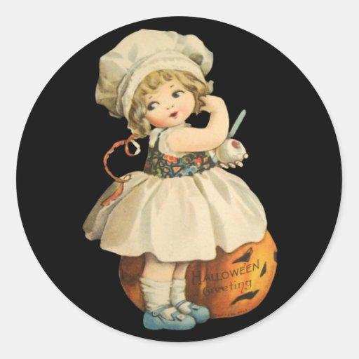 Fille découpant des autocollants d'Apple Halloween
