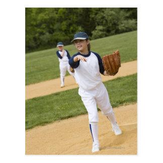 Fille jetant dans le jeu de base-ball d'équipe de carte postale