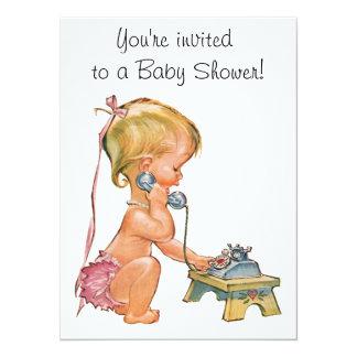 Fille mignonne parlant au téléphone carton d'invitation  13,97 cm x 19,05 cm