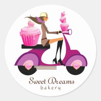 Fille rose de scooter de petit gâteau autocollants ronds