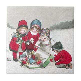 Filles dans des manteaux rouges avec des poupées carreau