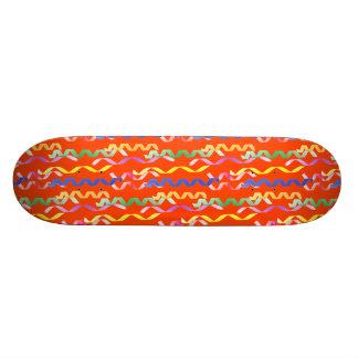 Flammes multicolores de partie sur une orange de planches à roulettes customisées