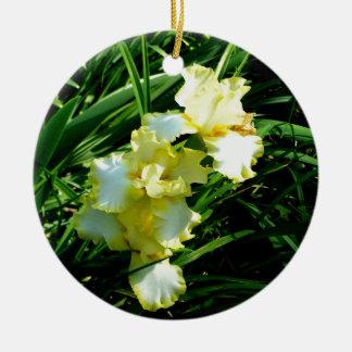 Fleur jaune et blanche d'iris ornement rond en céramique