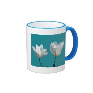 fleurs blanches de tulipe à l'arrière-plan de bleu tasse à café