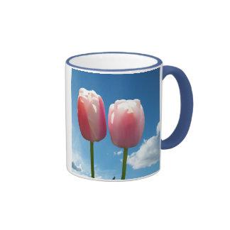 Fleurs de tulipes en ciel bleu mugs