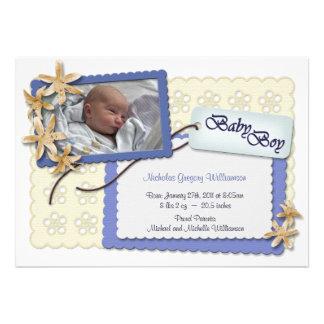 Fleurs et annonces bleues de naissance de dentelle invitation