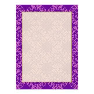 Fleurs mignonnes bouclées - rose sur le pourpre cartons d'invitation