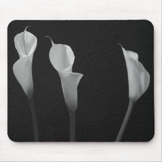 Fleurs noires et blanches tapis de souris