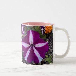 Fleurs pourpres et blanches tasse à café