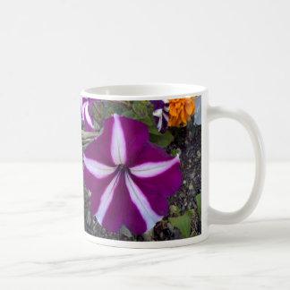 Fleurs pourpres et blanches tasse