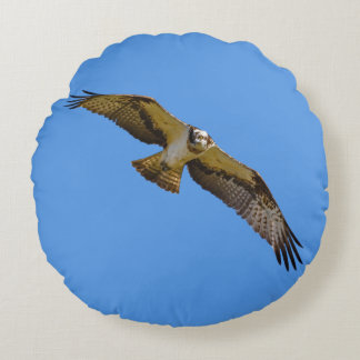 Flying osprey with a target in sight round pillow