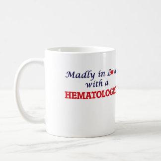 Follement dans l'amour avec un hématologue mug blanc